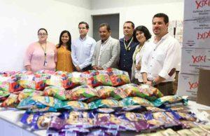 Ejecutivos de Yummies y UNAH, en la entrega de los snacks