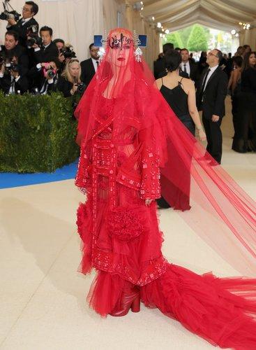 Katy Perry luciendo un extraño vestido rojo.