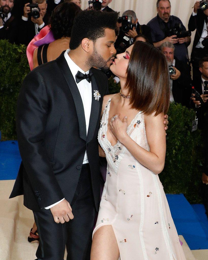 Selena Gomez y The Weeknd no se despegaron ni un minuto y ocasionalmente se daban sus besos.