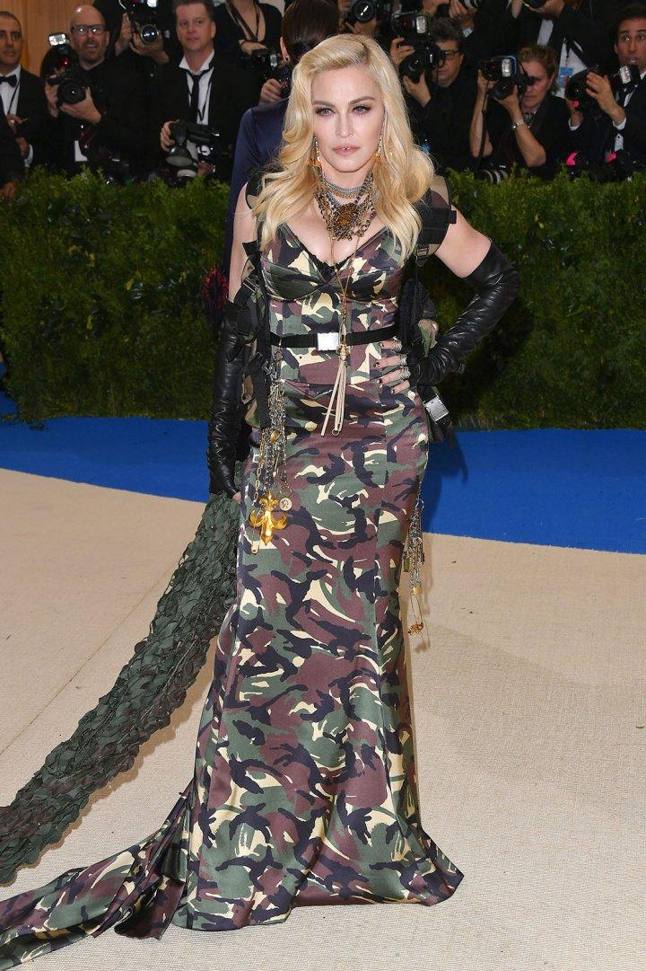 """Madonna luciendo un vestido al estilo """"Soldier""""."""