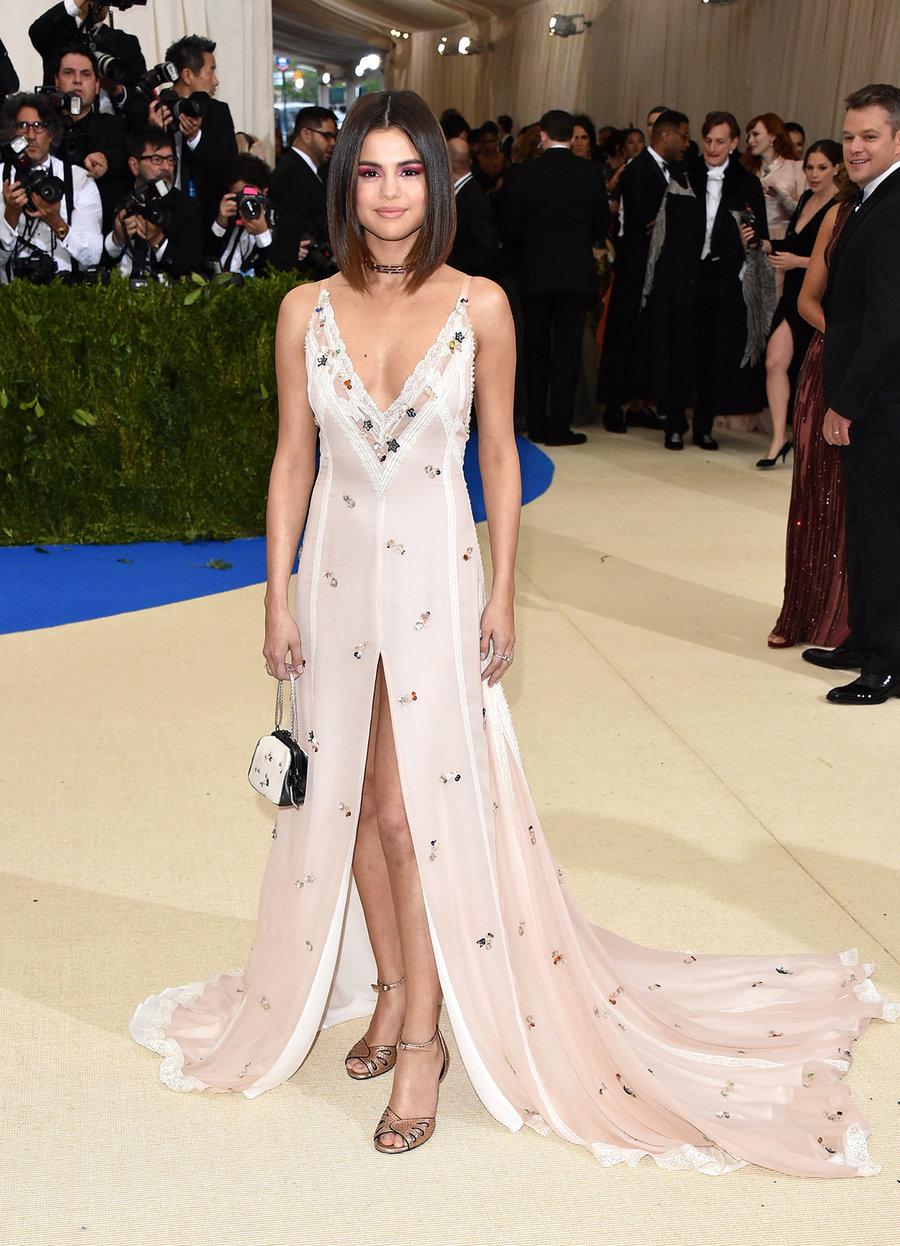 Selena Gomez vestida por  Coach, en un vestido que la hacia lucir mas dulce de lo normal.